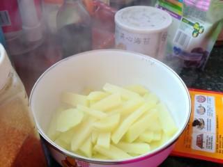 孜然土豆,煮透之后,将土豆捞到碗里。