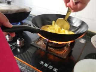 孜然土豆,加入适量的油,将土豆放到锅里。做成有点像油炸土豆。