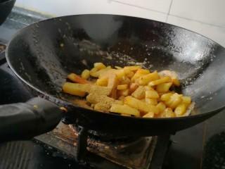 孜然土豆,放入适量辣椒粉,孜然粉和白胡椒粉,然后慢炒。