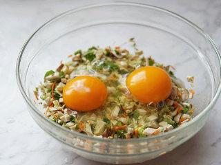 爱心鸡蛋饼,把两个鸡蛋打入切好的蔬菜丁中搅拌