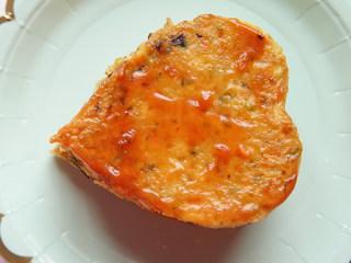 爱心鸡蛋饼,装盘,抹番茄酱