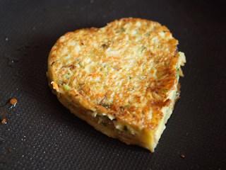 爱心鸡蛋饼,凝固之后拿出模具,煎至双面金黄,有点发黄之后,调小火,防止烧焦