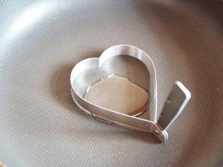 爱心鸡蛋饼,平底锅里放油和模具(模具形状可自选)