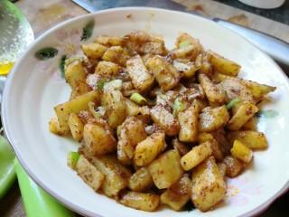 孜然土豆,放入葱快炒。然后出锅。