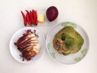 美味下饭菜  腊肉炒榨菜,准备食材:腊肉,榨菜,小米辣,鲜姜,紫皮小圆葱