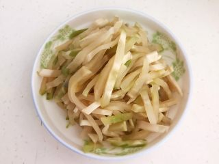 美味下饭菜  腊肉炒榨菜,把榨菜切成粗丝