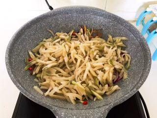 美味下饭菜  腊肉炒榨菜,加入榨菜丝