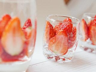 草莓奶冻,把草莓贴玻璃杯面放置成模型