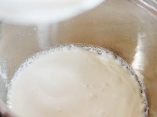 草莓奶冻,奶锅倒入淡牛奶不断搅拌