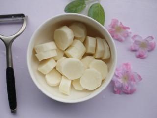 酸酸甜甜的奶香草莓🍓山药球,切断。