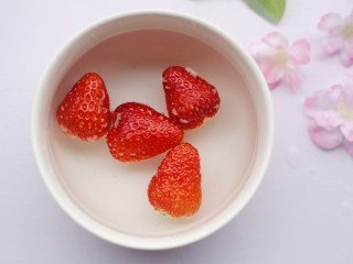 酸酸甜甜的奶香草莓🍓山药球,草莓洗净。