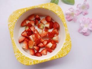 酸酸甜甜的奶香草莓🍓山药球,切粒备用。