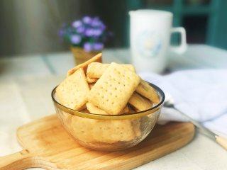 芝麻奶香苏打饼干,出炉凉透后食用。