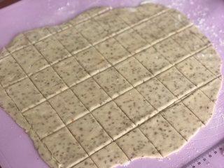 芝麻奶香苏打饼干,切成大小一致的饼干胚。