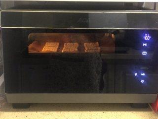 芝麻奶香苏打饼干,预热10分钟,180度上下火中层烤15分钟左右。