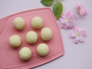 酸酸甜甜的奶香草莓🍓山药球,做成山药球。