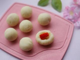 酸酸甜甜的奶香草莓🍓山药球,一颗中间裹上草莓粒。山药球的大小取决于宝宝的情况。