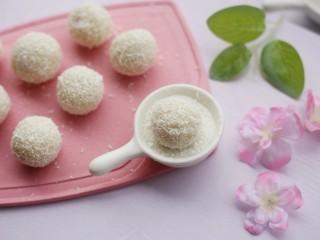 酸酸甜甜的奶香草莓🍓山药球,裹上一层椰蓉。