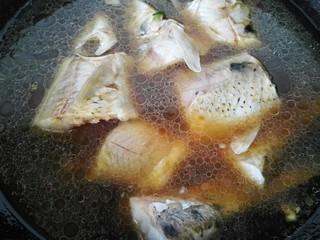 红烧激浪鱼,锅内放入小半锅水开始炖鱼