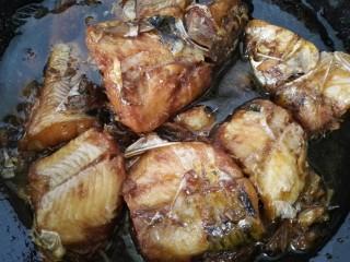 红烧激浪鱼,等汁收干鱼入味上色即可出锅