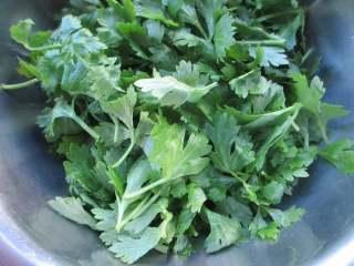 蒸芹菜叶,晾干表面水分,不要太多水在上面