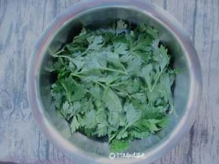 蒸芹菜叶,摘下的芹菜叶洗净沥干水份
