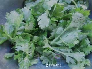 蒸芹菜叶,带一次性手套,轻轻抓一下,让每片叶子都蘸一点点油渍,这样整出来的芹菜叶不干有水分好吃