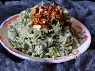 蒸芹菜叶,芹菜叶是非常营养丰富又健康的食材、清理血管的垃圾、同时还排毒。