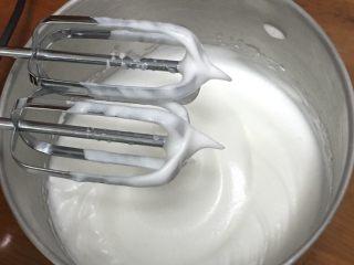 酸奶乳酪蛋糕,再加入15克细砂糖,同样50圈。