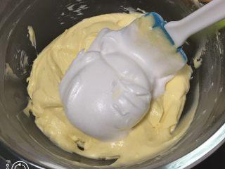酸奶乳酪蛋糕,取三分之一的蛋白进蛋黄糊中。
