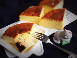 酸奶乳酪蛋糕,切开品尝,松松软软的入口即化的感觉真好。