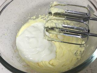 酸奶乳酪蛋糕,加入酸奶,用打蛋器打至顺滑。
