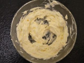 蒜香香肠热狗面包,100克软化的黄油打发至体积发白。