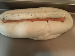 蒜香香肠热狗面包,给每个面包上集上一条