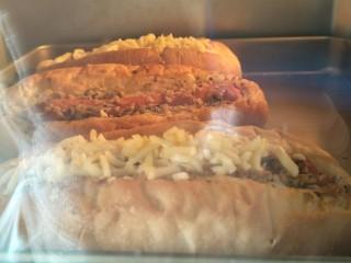 蒜香香肠热狗面包,烤箱160°烤20分钟,喜欢的话还可以放上芝士碎。