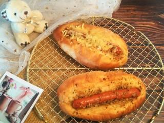 蒜香香肠热狗面包,就完成了。面包出炉后放凉一会儿会儿就会变得松软可口,好吃呢。