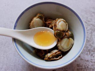 扇贝肉鸡蛋韭菜小炒,把洗净的扇贝肉放到碗里,加入料酒和适量盐腌制一会。