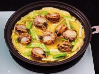 扇贝肉鸡蛋韭菜小炒,看见鸡蛋液变得凝固的时候。