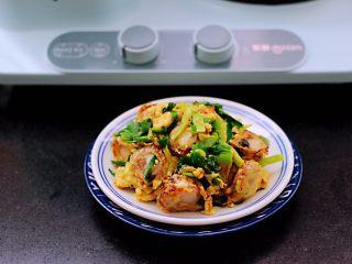 扇贝肉鸡蛋韭菜小炒,啦啦啦,香味浓郁又营养丰富的扇贝肉鸡蛋韭菜小炒出锅咯。