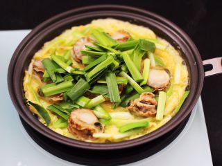 扇贝肉鸡蛋韭菜小炒,加入剩下的韭菜叶。