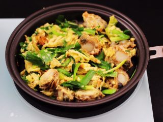 扇贝肉鸡蛋韭菜小炒,大火翻炒均匀即可关火。