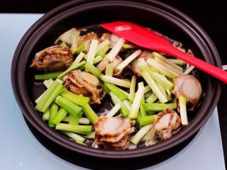 扇贝肉鸡蛋韭菜小炒,这个时候先加入韭菜白。
