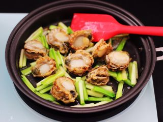 扇贝肉鸡蛋韭菜小炒,大火继续翻炒片刻。