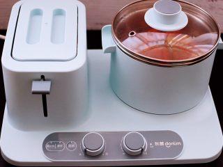 番茄牛肉炖土豆,大火煮沸后,盖上锅盖小火慢慢炖煮20分钟左右。