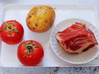 番茄牛肉炖土豆,首先备齐所有的食材。