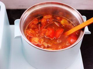 番茄牛肉炖土豆,这个时候把翻炒好的番茄倒入锅中。