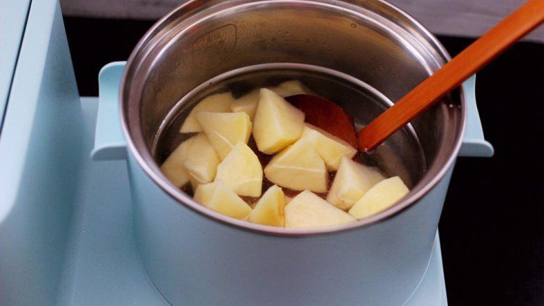 番茄牛肉炖土豆,加入切块的土豆。