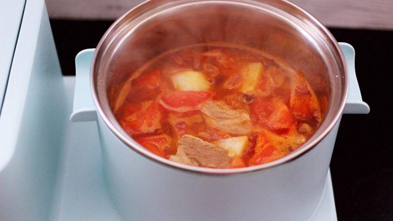 番茄牛肉炖土豆,看见锅中的汤汁变得越来越浓稠时。