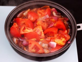 番茄牛肉炖土豆,大火翻炒至番茄变软。
