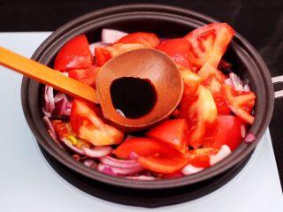 番茄牛肉炖土豆,这个时候加入提前切块的番茄,倒入生抽。